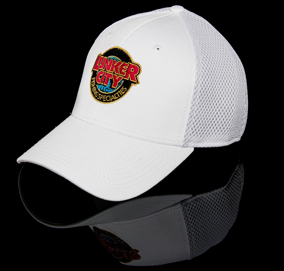 Die hochwertigen Lunker City Caps (New Era 39THIRTY) sind auf der Vorderseite mit dem Lunker City Logo bestickt und der hintere Teil besteht aus angenehm zu tragendem Mesh-Gewebe. Die Lunker City Caps passen sich flexibel der Kopfgröße an.
